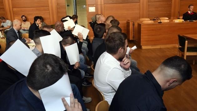 Die Angeklagten verbargen teils ihr Gesicht (Bild: Andreas Fischer)