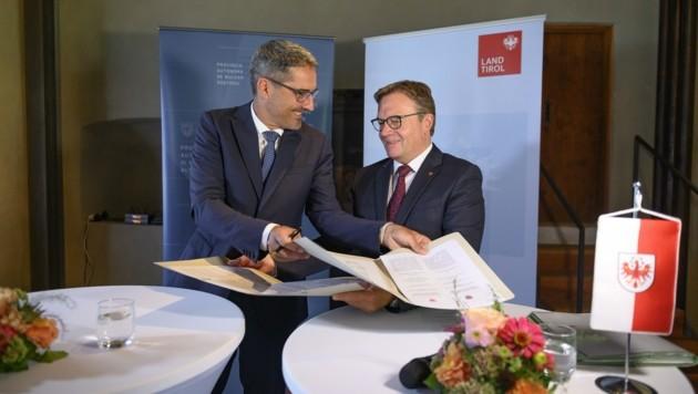 LH Kompatscher und LH Platter (re.) unterzeichnen die Papiere (Bild: Land Tirol/Berger)