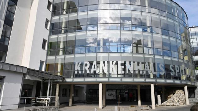 Ins Krankenhaus Spittal musste der 23-Jährige eingeliefert werden, der mit dem linken Daumen in die Kreissäge geraten war (Bild: KH Spittal/Riepress)