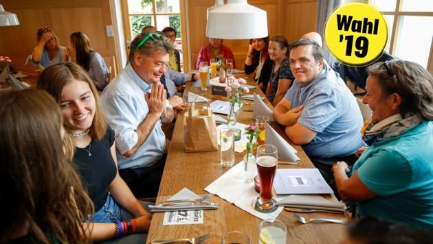 Süßes und Saures: Heidi Mühlböck aus Mattsee (re.) schenkte Kogler ein Sackerl mit hausgemachten Schmankerln. Beim Essen hielt sich der Grünen-Chef zurück und bestellte nichts. (Bild: Markus Tschepp)