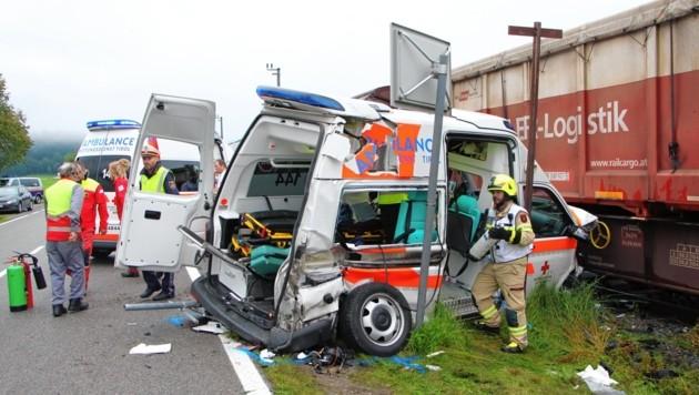 Im selben Ort kam es Anfang August zu einem schweren Unfall, bei dem ein Rettungswagen mit einem Güterzug kollidierte. (Bild: zoom.tirol)