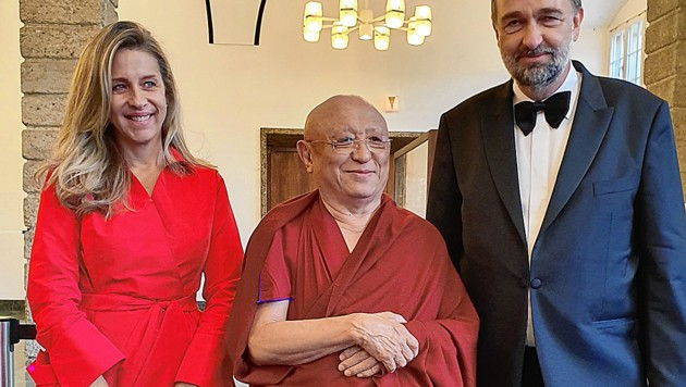 Schnappschuss in Salzburg: Karl Habsburg (rechts) mit Begleiterin Christian Reid im Talk mit Rinpoche