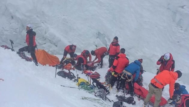 Die Bergung gestaltete sich schwierig, weil wegen des Wetters kein Hubschrauber zur Unglücksstelle fliegen konnte. (Bild: Zeitungsfoto.at/Team)