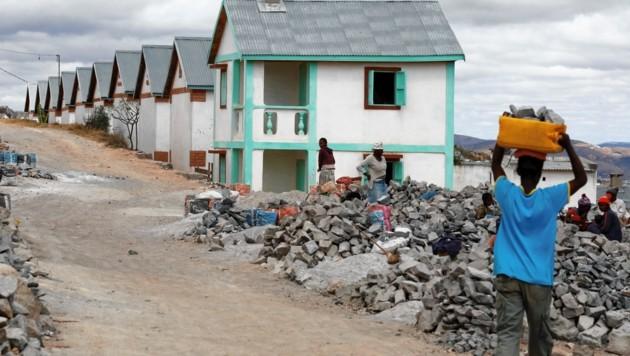 480 dieser Häuser sind mit Privatspenden und Geld aus Benefizkonzerten und Initiativen in Pfarren erbaut worden.