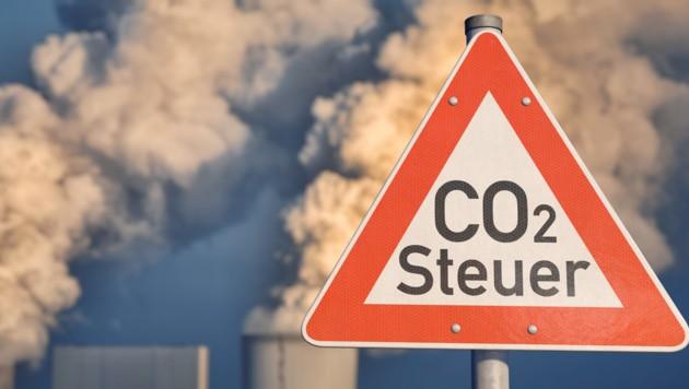 Heißes Thema CO2-Steuer: Noch immer herrscht Ungewissheit bei den Abgaben für klimaschädliche Emissionen. (Bild: stock.adobe.com, krone.at-Grafik)