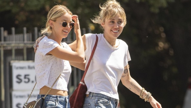 Miley Cyrus Arm in Arm mit Kaitlynn Carter in Los Angeles (Bild: www.PPS.at)