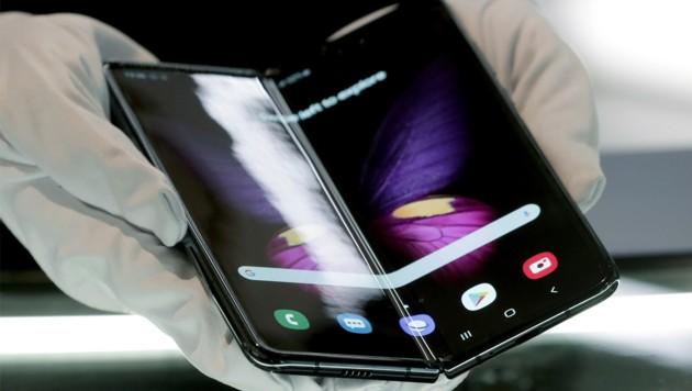 Samsungs Falt-Smartphone Galaxy Fold (Bild: APA/AFP/Tobias SCHWARZ)
