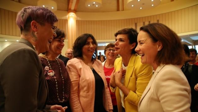 Geballte Frauenpower (v. re.): Cornelia Ecker, Pamela Rendi-Wagner, Selma Yildirim, Petra Oberrauner, Patricia Zangerl. (Bild: Tröster Andreas)
