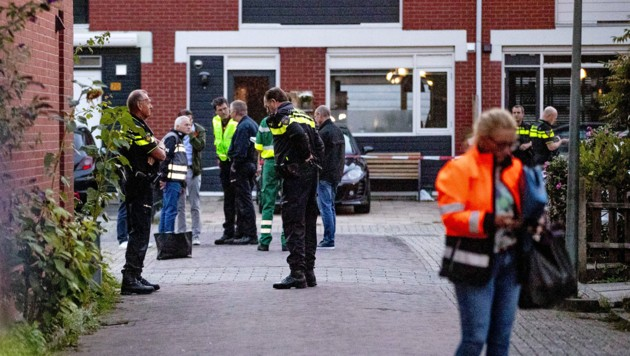 Polizisten vor dem Tatort in Dordrecht