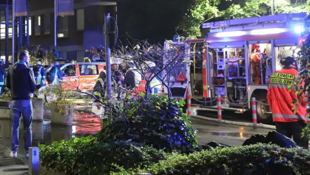 Einsatzkräfte der Feuerwehr stehen nach einem Brand im Marien Hospital vor dem Krankenhaus. Bei dem Brand ist ein Mensch ums Leben gekommen, Dutzende weitere wurden verletzt. (Bild: APA/dpa/Sascha Rixkens)