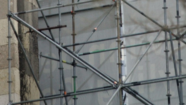Der Steirer stürzte 13 Meter tief von einem Baugerüst (Symbolfoto). (Bild: KRONEN ZEITUNG)