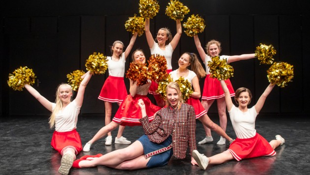 Hauptakteurin Tiffany von den Ursulinen mit ihren Cheerleader-Mädels (Bild: Musicalproduktion2019)