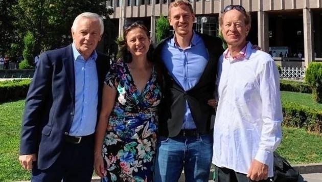 Max Zirngast mit seinen Eltern und Prozessbeobachter Sepp Hartinger (li.) (Bild: Sepp Hartinger)