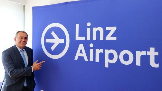 Flughafen-Direktor Norbert Draskovits mit dem neuen Logo. (Bild: Flughafen Linz GesmbH)