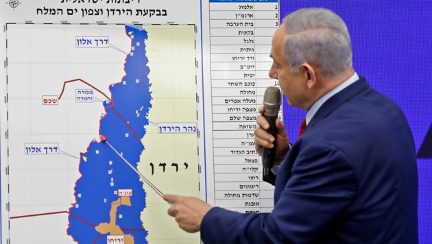 Netanyahu zeigt auf einer Karte, wo er Israels Staatsgebiet vergrößern will.