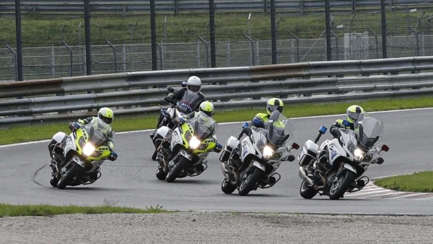 Üben für den Ernstfall: Eine von acht Trainingsgruppen braust über den Salzburgring. (Bild: Tschepp Markus)