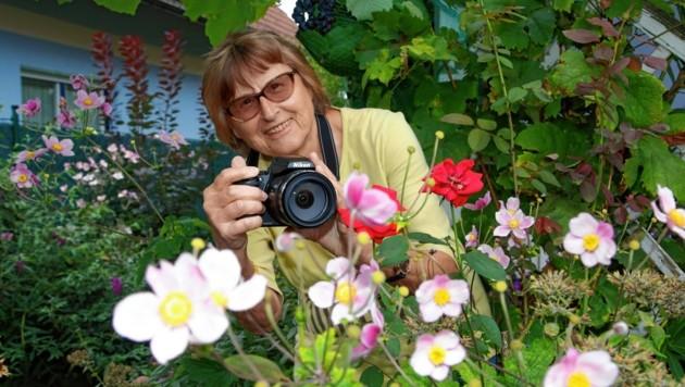 Roswitha Stetschnig geht mit ihrer Fotokamara schon seit Jahren in ganz Kärnten auf Jagd nach seltenen Hummelarten. (Bild: Uta Rojsek-Wiedergut)