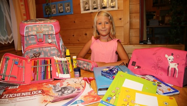 Madeleine aus Ebensee zeigt die viele Schulsachen zum Start
