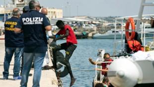 Ein Migrant verlässt das deutsche Rettungsschiff Eleonore im sizilianischen Hafen Pozzallo. (Bild: ASSOCIATED PRESS)