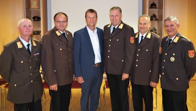 Pfarrwerfen behält seinen Bezirksfeuerwehrkommandanten Robert Lottermoser (3.v.r.). (Bild: Winter)