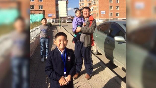 Der Vater der betroffenen Familie mit seinen drei Kindern (Bild: zVg, krone.at-Grafik)