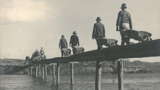 Arbeiter bei der Regulierung der Raab bei Gleisdorf, 1939. (Bild: J. Kober, MiR/Stadtarchiv Gleisdorf)
