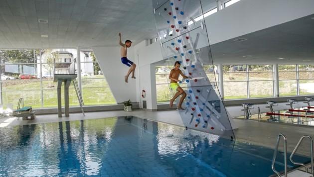 Erst Klettern, dann Springen: Felix und Juan eröffnen das Bad (Bild: Tschepp Markus)