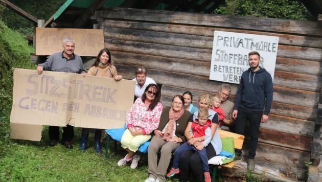 Oma Erna will so lange vor ihrer Mühle im Rachenbachgraben sitzenbleiben, bis der Abrissbescheid aufgehoben wird. (Bild: Claudia Fischer)