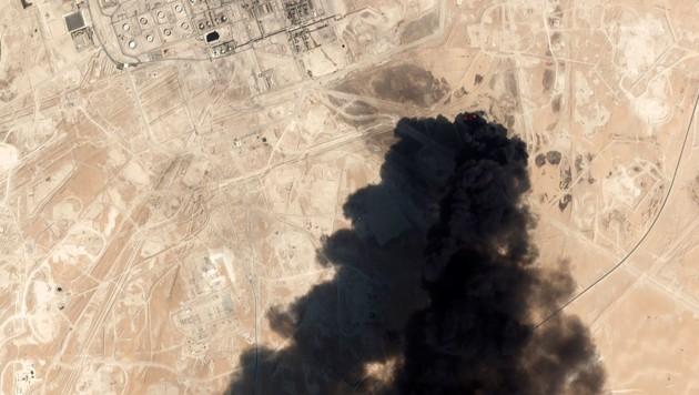 Eine Satellitenaufnahme zeigt dicke Rauchwolken über der Raffinerie in Abkaik. (Bild: Planet Labs Inc. via AP)