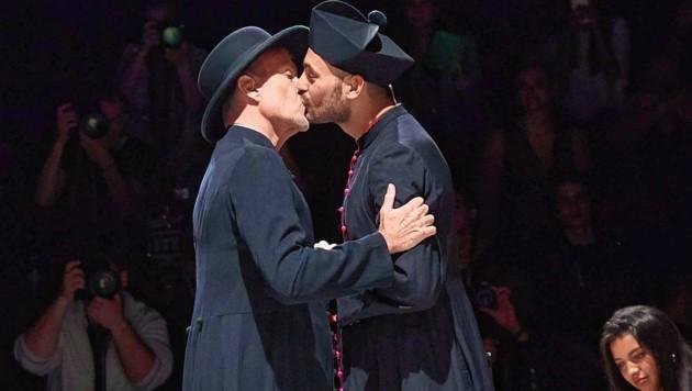 Lippenbekenntnis zwischen Priester Haider und Priester Alfred (Bild: Starpix/ Alexander TUMA)