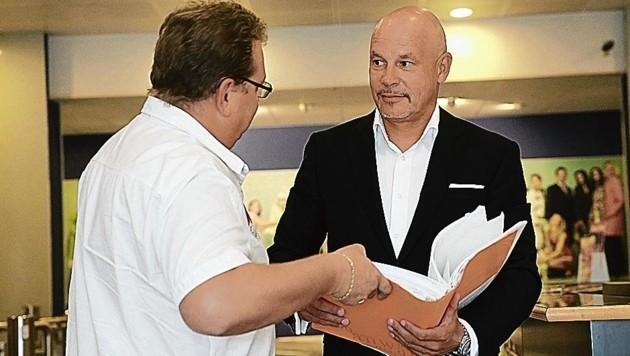 Prügelopfer B. (links) mit seinem Anwalt Johannes Bügler (Bild: Tomschi Peter)