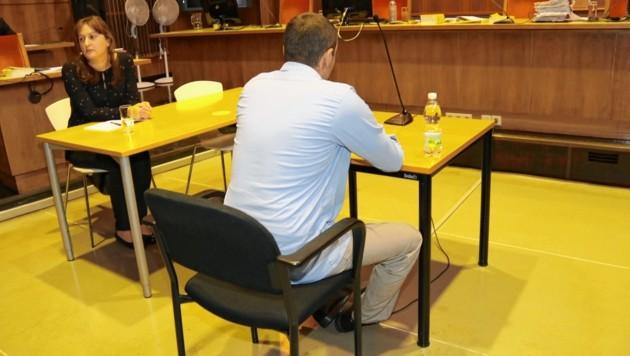 Der Angeklagte wurde in Handschellen vorgeführt. Derzeit ist er in der Justizanstalt Stein in Krems (NÖ) untergebracht. (Bild: Christian Jauschowetz)