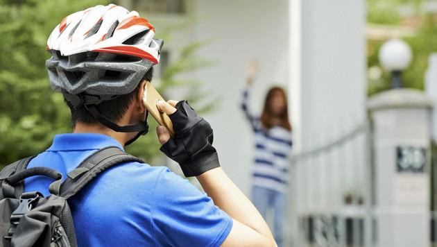 Telefonieren am Fahrrad ist verboten und gefährlich (Bild: stock.adobe.com)