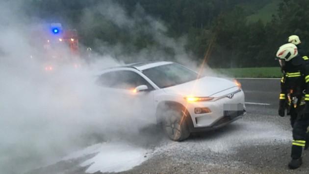 Auch das Löschen eines Elektroautos, so wie hier bei einem Unfall in Leonstein, gestaltet sich schwierig. (Bild: FF Leonstein)