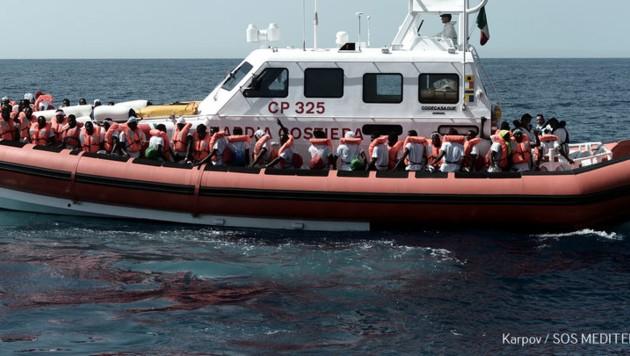Italienische Küstenwache mit Migranten - Symbolbild (Bild: AFP)
