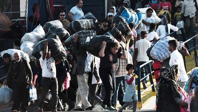 Syrische Flüchtlinge betreten nach dem Übersetzen aus der Türkei in Griechenland EU-Boden. (Bild: AFP )