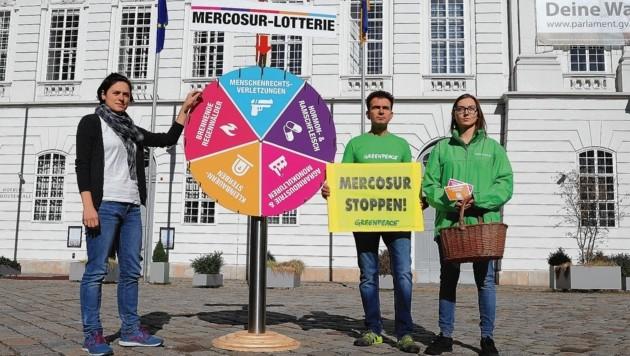 """Beherzte Greenpeace-Aktivisten warnten vor der entscheidenden Abstimmung im Parlament vor einer """"Mercosur-Lotterie"""". (Bild: Zwefo)"""