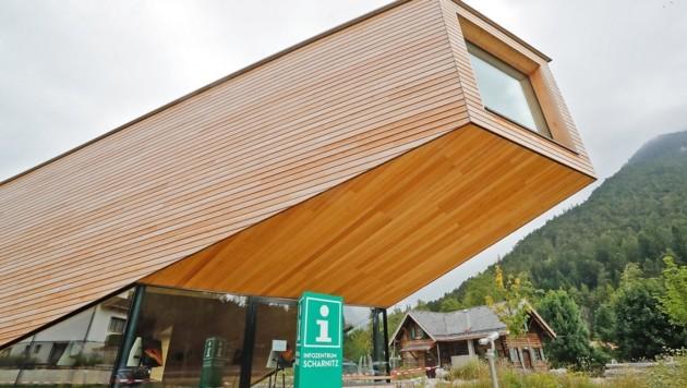 Das Infozentrum ist in einem modernen Holzbau neben der Holzerhütte.