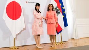 Die japanische Prinzessin Kako mit Brigitte Bierlein im Bundeskanzleramt (Bild: AP)