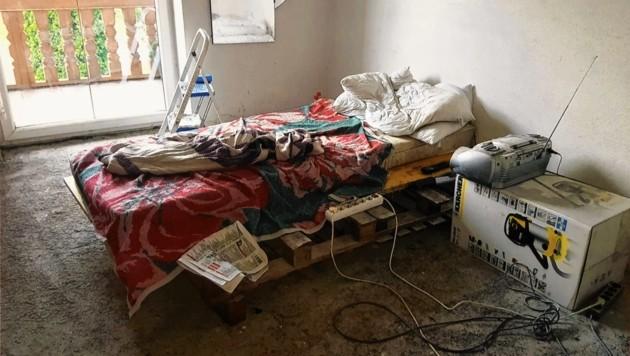In diesem Bett aus alten Paletten musste der 74-Jährige schlafen - und das in einem Raum ohne Bodenbelag. Nur ein Radio blieb dem Mann - wenn er Strom hatte. (Bild: Unterkärntner Nachrichten)