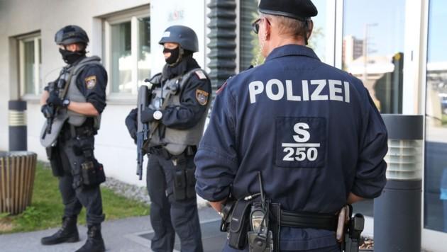 Die Polizei an der Weiserstraße: Die Schule kommt in das Ex-Ausweichquartier des Gerichts. (Bild: Neumayr Franz)