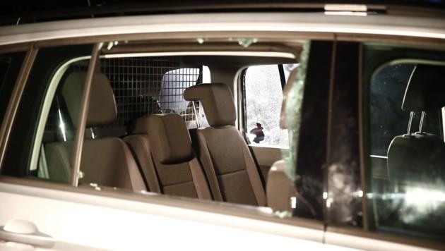 Die zerschossenen Scheiben des Polizeiautos (Bild: APA/ERWIN SCHERIAU)