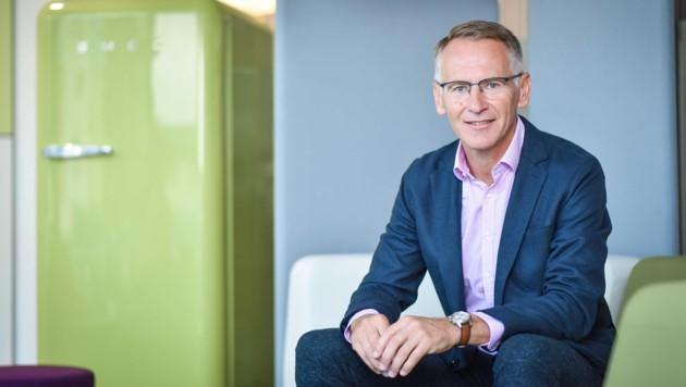 Manfred Huber führt bei Büromöbelhersteller Hali in Eferding die Geschäfte. (Bild: Markus Wenzel)