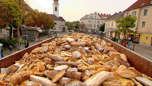 Ein Berg genießbares Brot landet auch bei uns tagtäglich statt auf dem Tisch im Müll. (Bild: ORF)