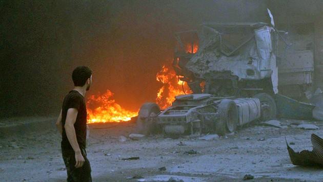 Das ausgebrannte Wrack eines Lkws nach einem Luftangriff im Dorf Maaret al-Numan in der heftig umkämpften syrischen Provinz Idlib (Bild: AP)