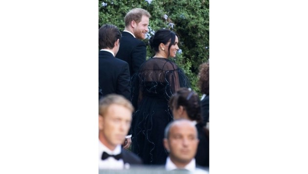 Britain's Prince Harry and his wife Meghan, Duchess of Sussex arrive to the wedding of Misha Nonoo and Michael Hess in Rome, Friday, Sept. 20, 2019. Britain's Prince Harry and his wife Meghan, Duchess of Sussex will attend the wedding of their friends before leaving on an official trip to Africa. (Claudio Peri/ANSA via AP) (Bild: ANSA)