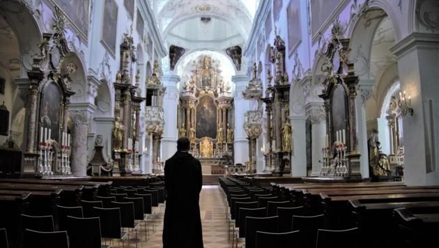 Erzabt Korbinian Birnbacher führt durch die St. Peterskirche. Die ist prachtvoller denn je. (Bild: Christoph Laible)