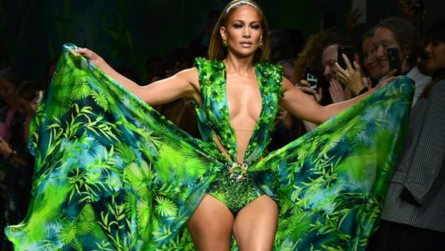 Immer noch so sexy wie vor 20 Jahren: Jennifer Lopez schritt jetzt in ihrem Kult-Versace-Kleid über den Laufsteg. (Bild: AFP)