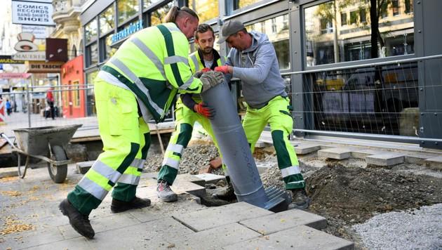 So wie im letzten Jahr, werden auch heuer wieder Poller bei der Mariahilfer Straße errichtet. (Bild: APA/Helmut Fohringer)