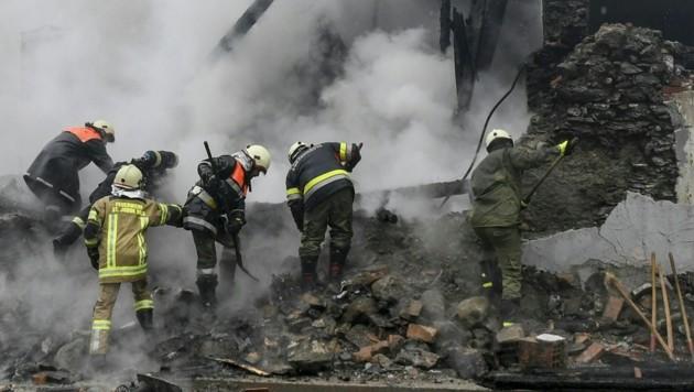 Über 250 Einsatzkräfte kämpften gegen das Feuer. (Bild: APA/ZEITUNGSFOTO.AT)